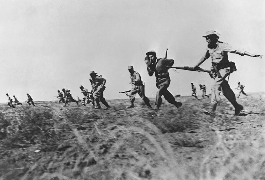 """Infanteri Israel melancarkan serangan penuh terhadap pasukan Mesir di wilayah Negev Israel selama Perang Kemerdekaan 1948 – 1949 (orang-orang Arab menyebutnya sebagai Hari Nakbah yang berarti """"hari kehancuran"""")."""