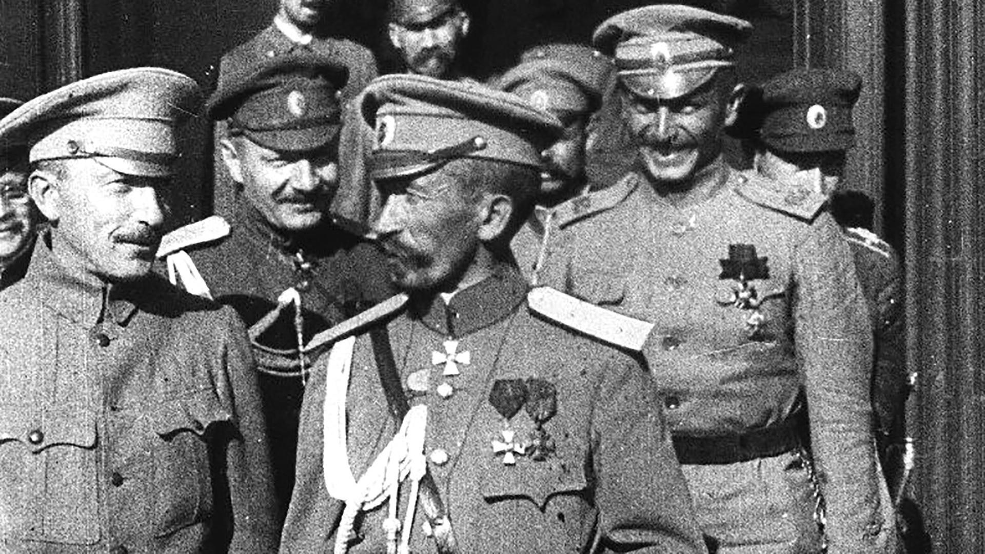 Comandante-chefe Kornilov (centro) enviou tropas a Petrogrado para desafiar Governo Provisório