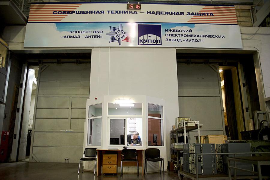 工場内の大きなバナーには、「完璧な技術は信頼できる防御」と書かれている。
