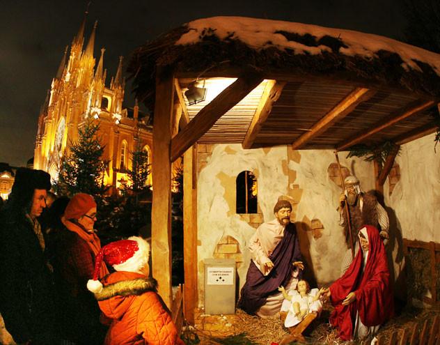 Das katholische Weihnachten wird natürlich schon am 24. Dezember gefeiert, wie hier an der katholischen Kirche in Moskau.