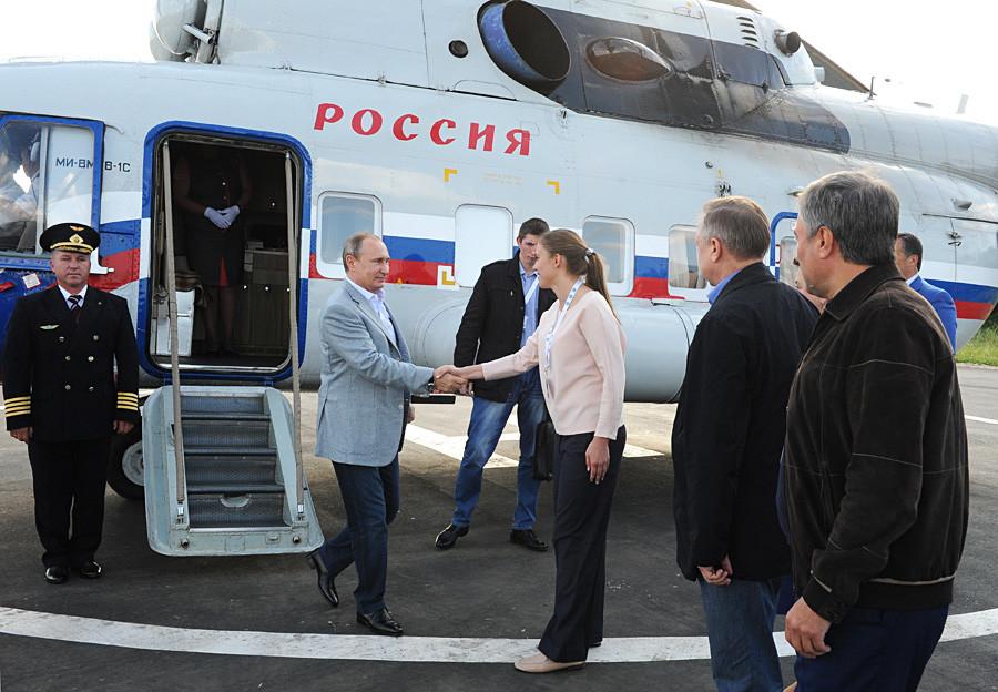 Predsednik Putin ob prihodu na izobraževalni mladinski tabor Terra Scientia v Vladimirski regiji.