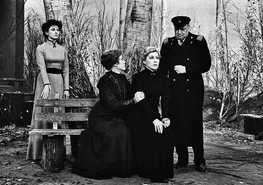 """Peça televisionada baseada em """"As três irmãs"""", 1985."""