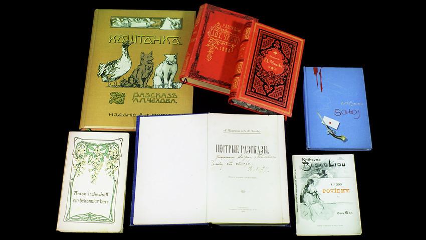 Primeiras edições de obras de Tchékhov em sua biblioteca.
