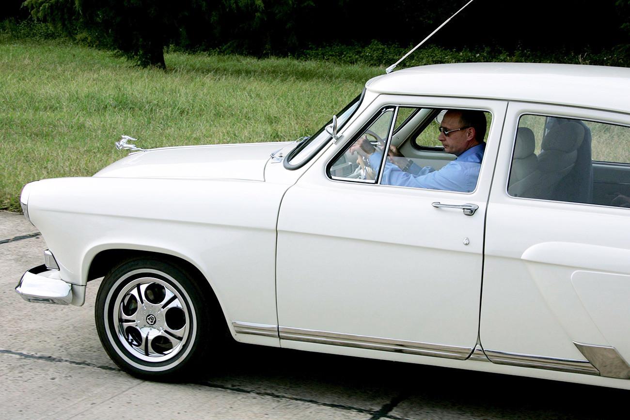 Ruski predsednik za volanom starodobnika GAZ-21 Volga letnik 1956 ob odprtju novega predora blizu Sočija.