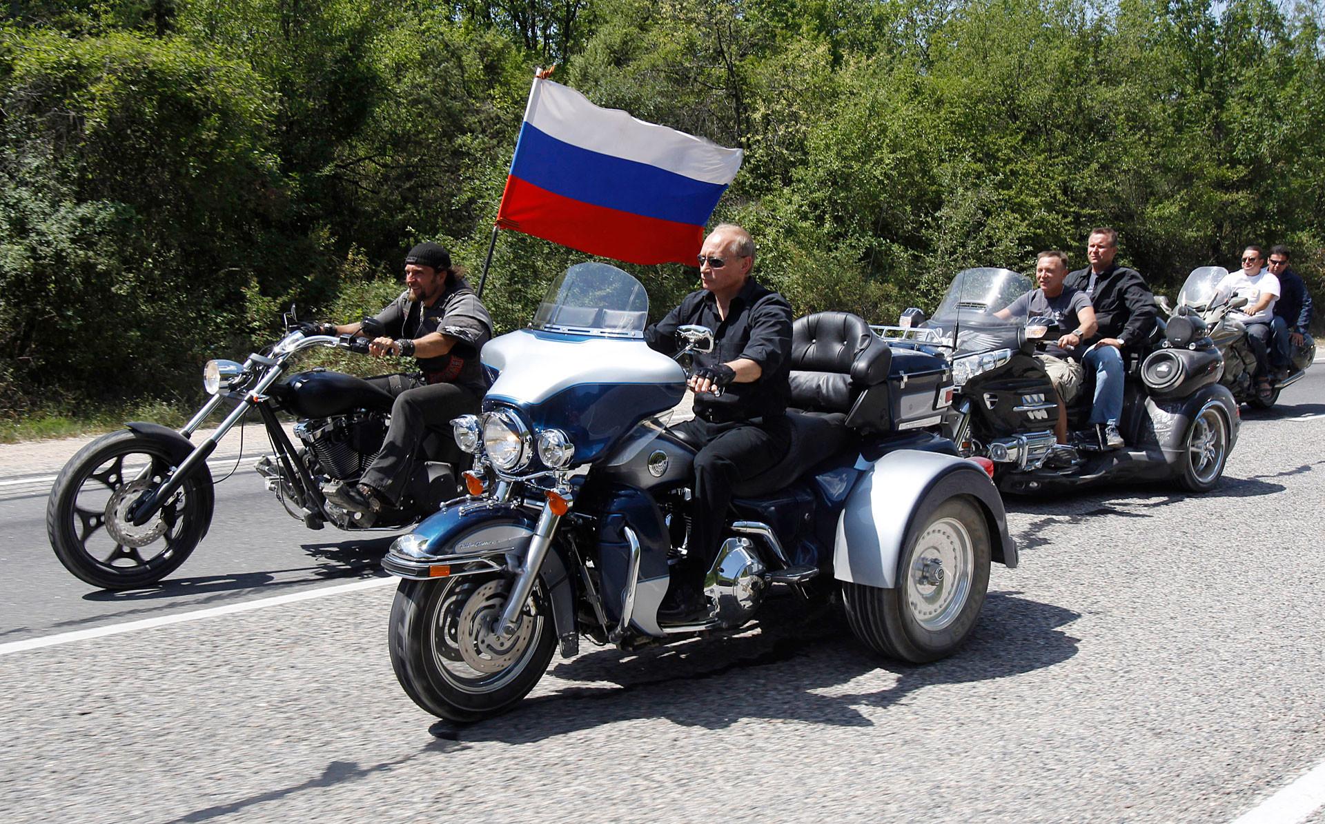 Putin na motorju Harley-Davidson Lehman Trike v Sevastopolju.