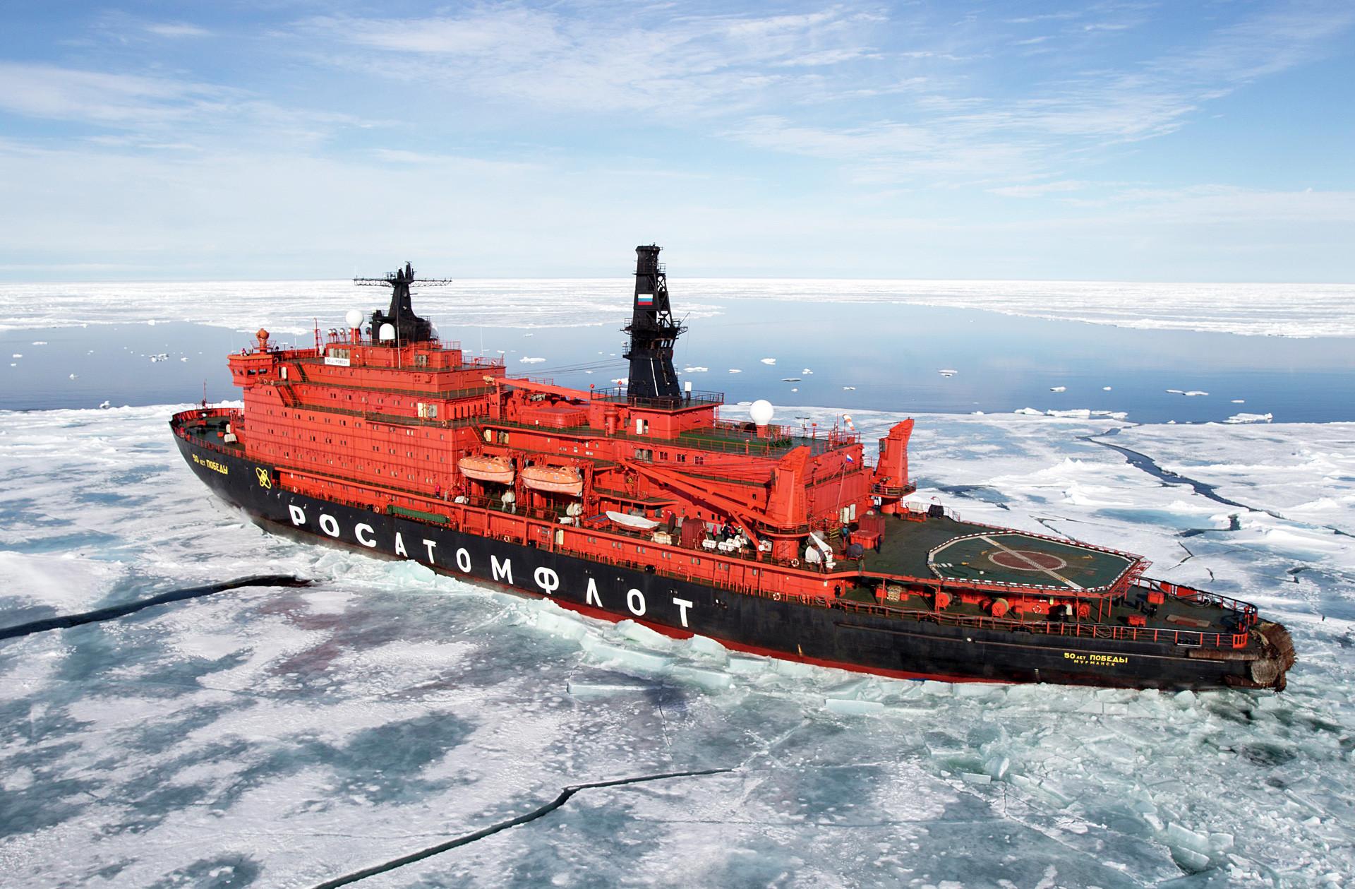 """Нуклеарни ледоломац """"50 година Победе"""" у Северном леденом океану."""