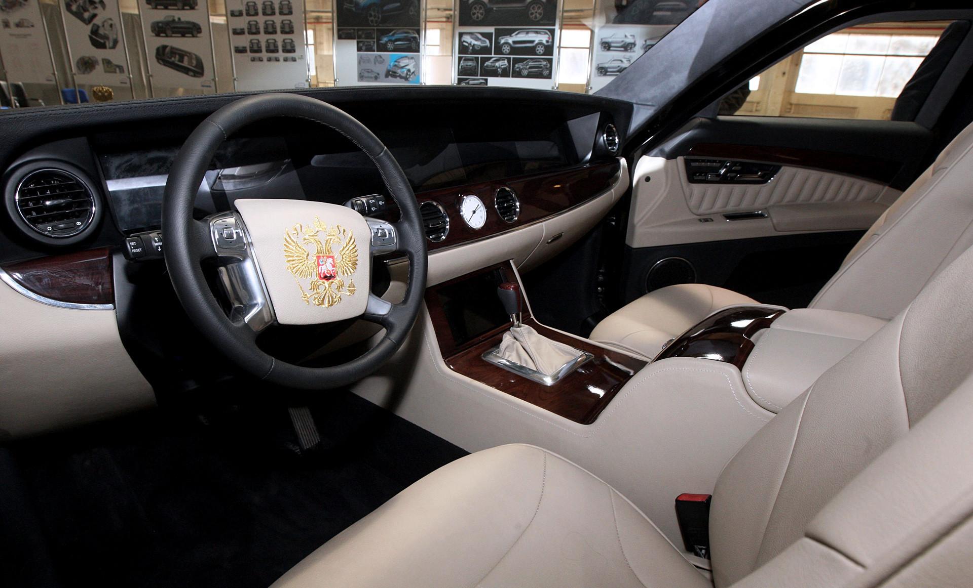 Interior mobil dari proyek Kortezh.