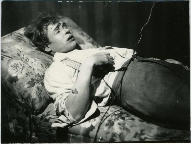Jessenin nach seinem Selbstmord auf dem Totenbett