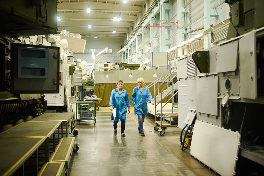 Pabrik ini beroperasi selama  24 jam sehari dengan dua giliran, dan setiap giliran mengerjakan tugas yang berbeda.