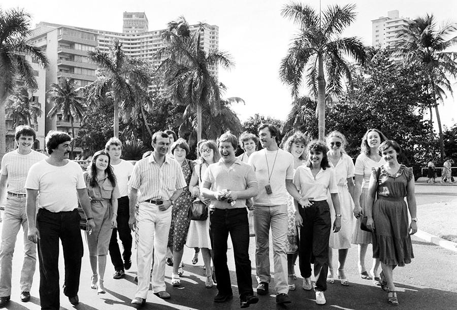 キューバ、ハバナ。ムルマンスク(ソ連)からの観光者、1983年2月1日。