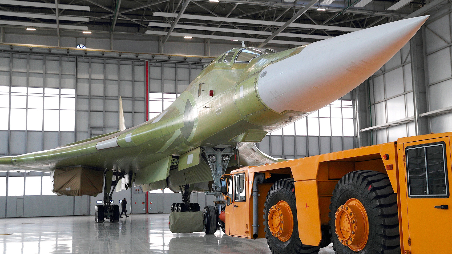 Sebuah Tu-160M2 eksperimental dipamerkan di Kazan pada pertengahan 2017.