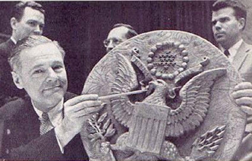 """Дрвени грб САД, """"поклон совјетских пионира"""", седам година је без батерија шпијунирао америчког амбасадора помоћу високотехнолошког предајника."""