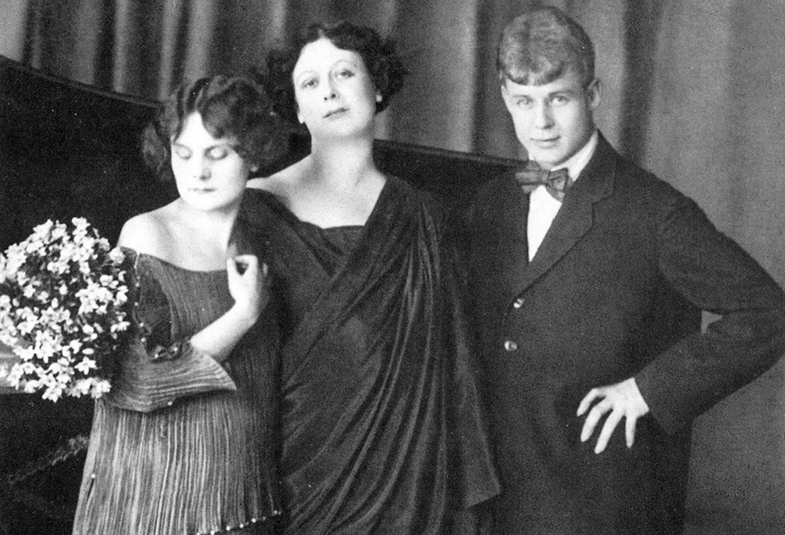 Retrato de Iessênin e sua segunda mulher, Isadora Duncan, com sua filha adotiva, Irma.