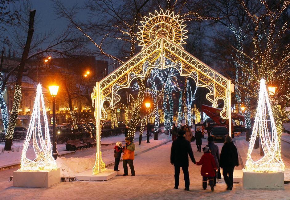 Божиќни украси на Тверскиот булевар во Москва.