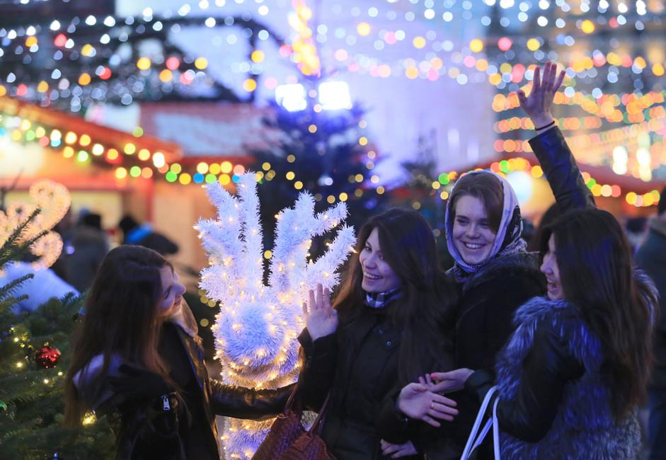 Посетители на Божиќниот саем на Црвениот плоштад во Москва.