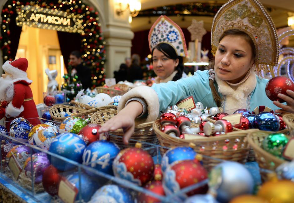 Продавачки облечени како Снегурочки, придружничките на Дедо Мраз од руските бајки, за време на Новогодишниот саем во трговскиот центар ГУМ во Москва.