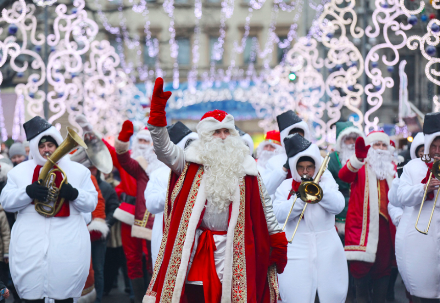 Povorka Snežakov na čelu z Dedkom Mrazom na Pionirskem trgu v Sankt Peterburgu.