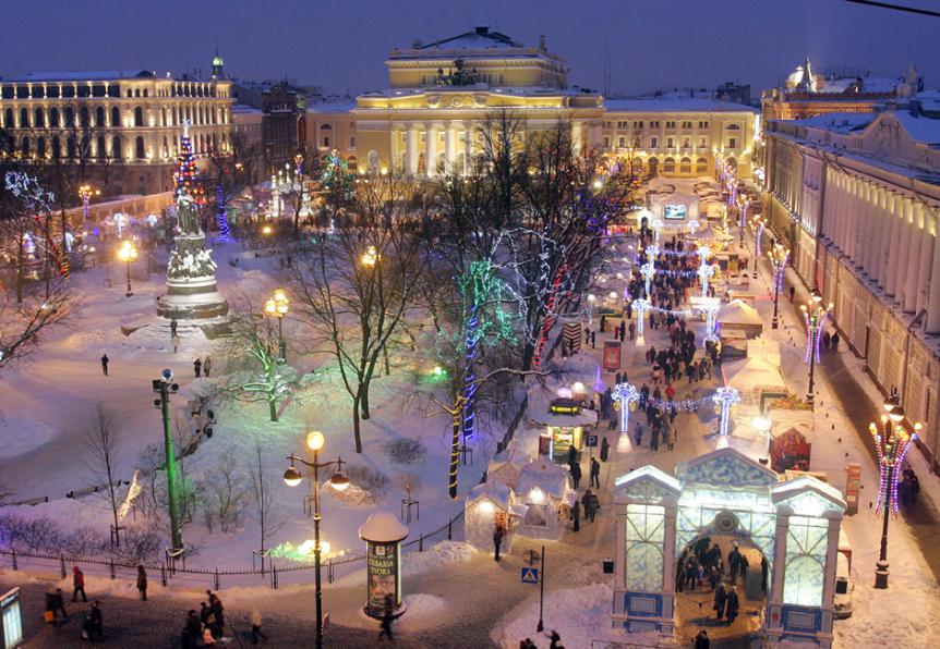 Obiskovalci uživajo na trgu Ostrovskega v Sankt Peterburgu.