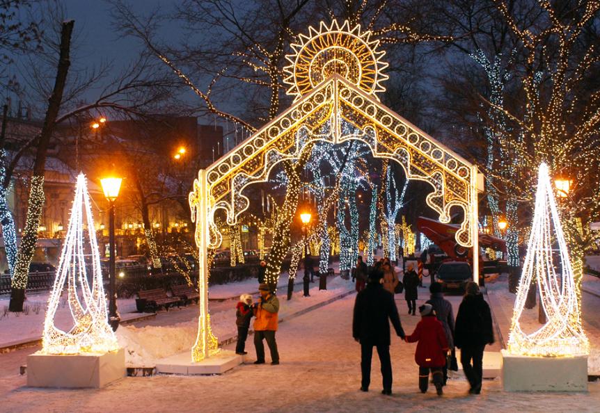 Božično okrasje  na Tverskem bulvarju v Moskvi.