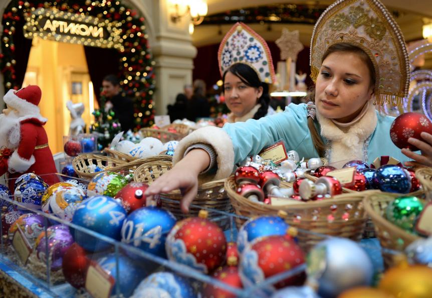 Prodajalke, oblečene kot Sneguročke, spremljevalke Dedka Mraza iz ruskih pravljic, v času novoletnega sejma v državni veleblagovnici GUM v Moskvi.