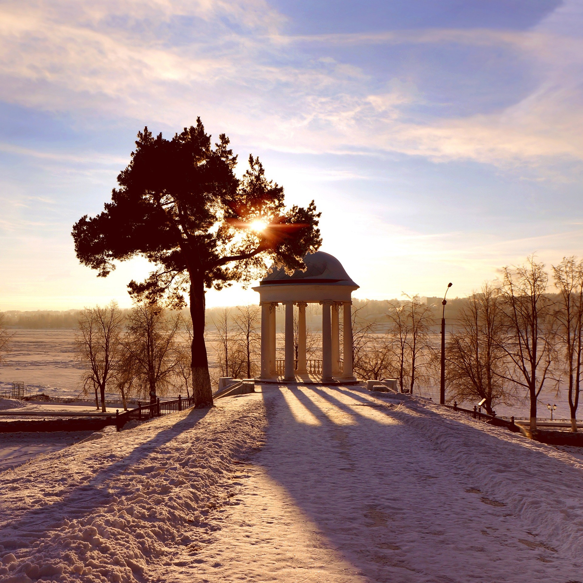 Pavilhão Ostróvski às margens do rio Volga