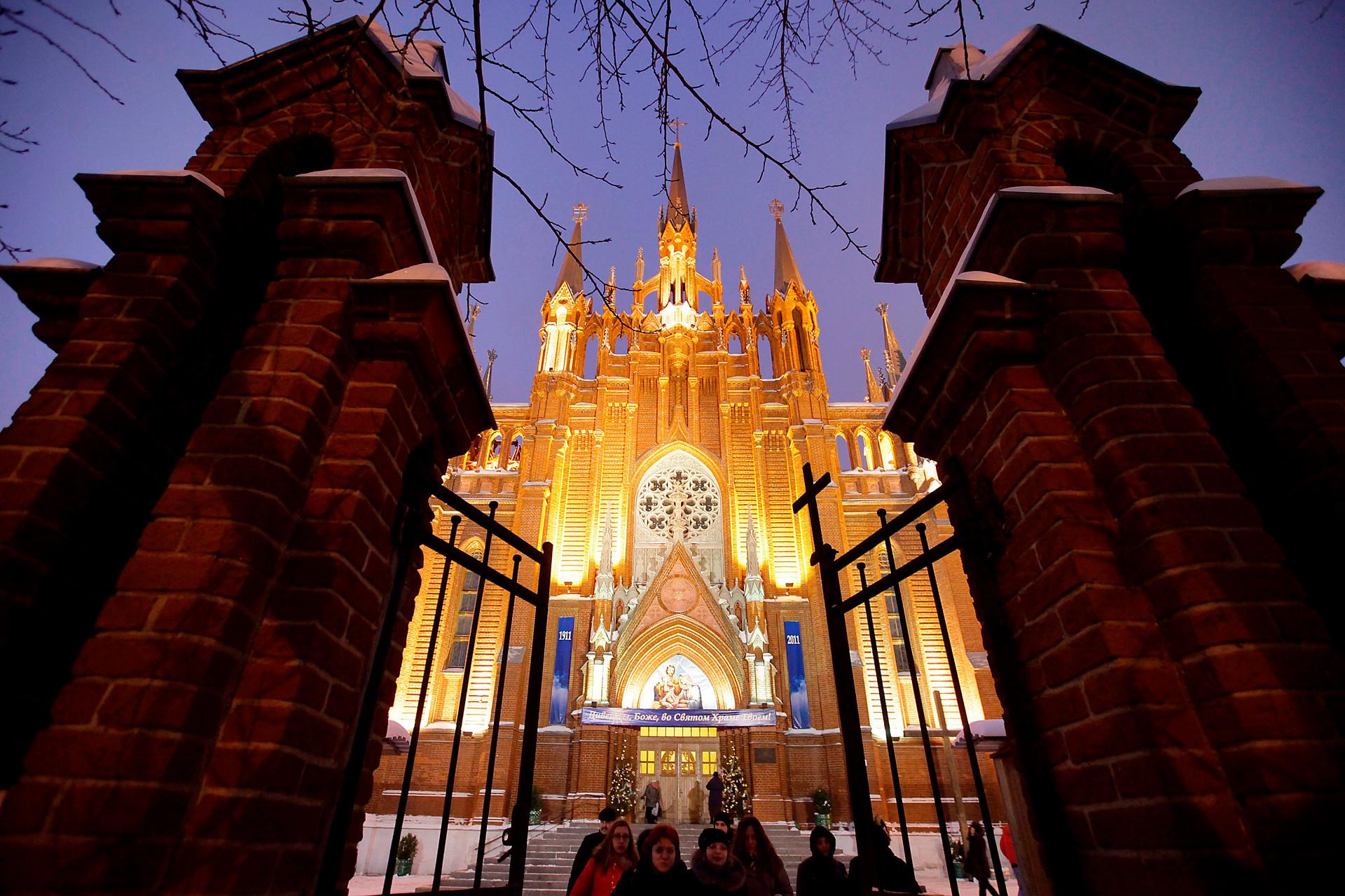 Umat Katolik di sekitar Katedral Santa Perawan Maria Dikandung Tanpa Noda pada perayaan Natal Katolik di Moskow.