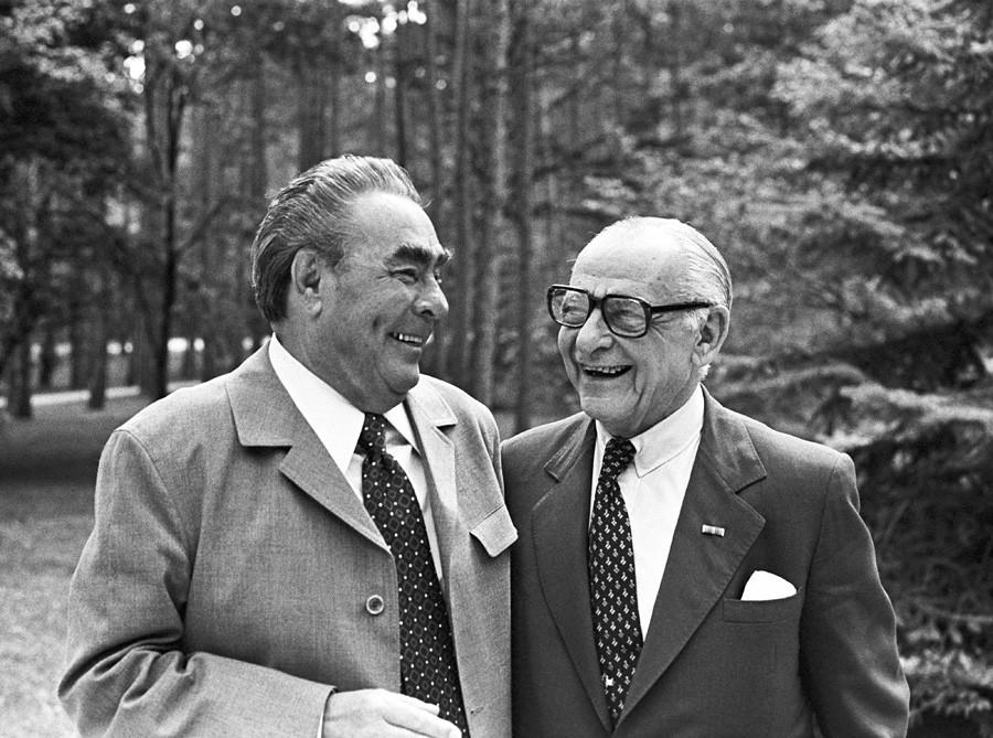 Generalni sekretar sovjetske partije Leonid Brežnjev in Armand Hammer, ameriški magnat in šef energetske družbe American Occidental Petroleum Corp. v Moskvi