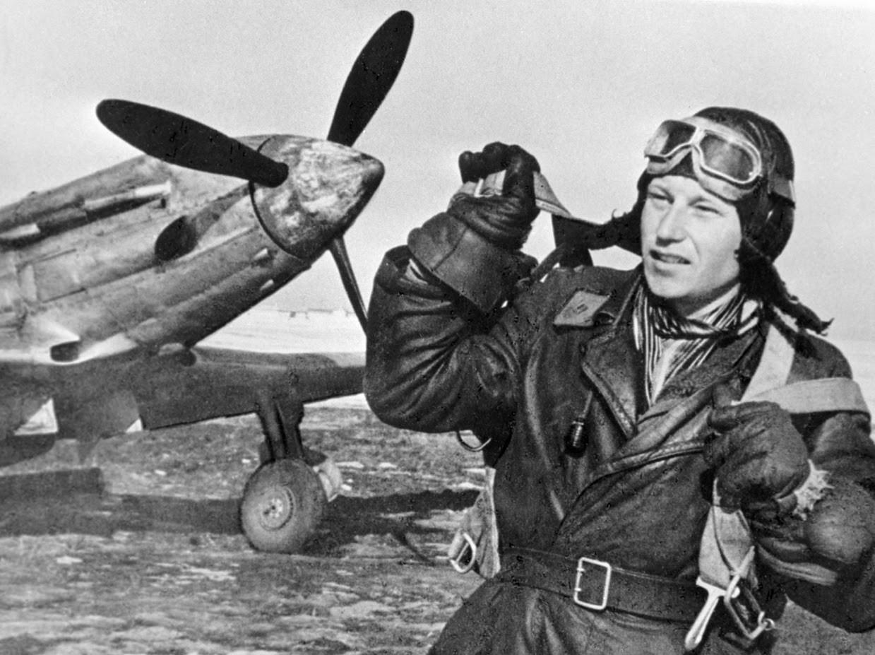 Trikratni Heroj Sovjetske zveze Aleksander Pokriškin ob svojem letalu
