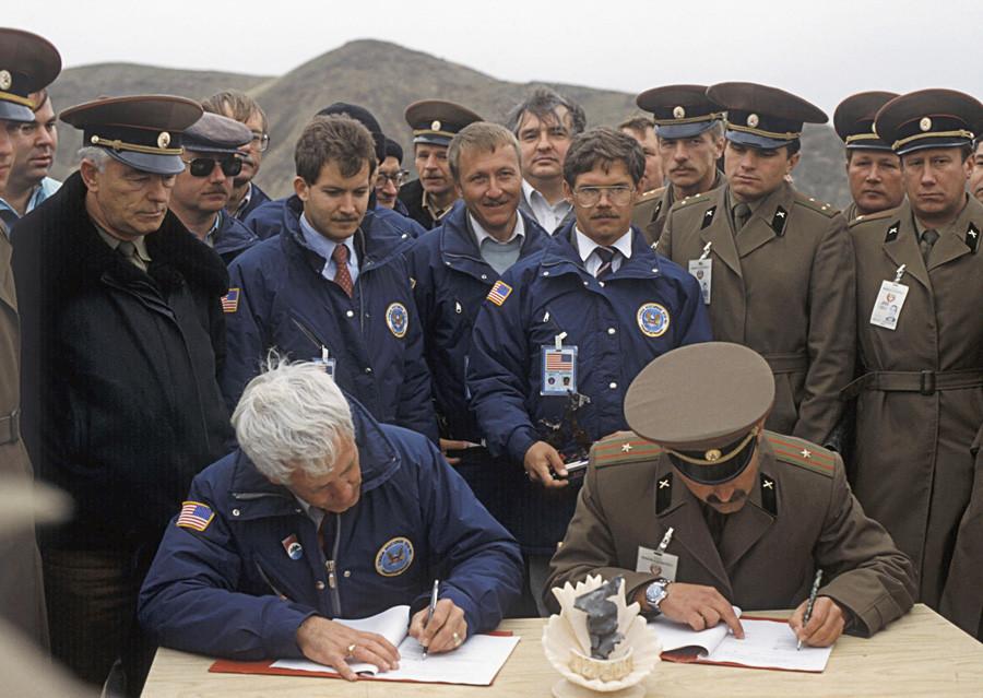 Pukovnik S. Petrenko i kapetan John Williams, šef izaslanstva američkih vojnih inspektora, potpisuju izvješće o likvidaciji posljednjih raketa OTR-23 [SS-23 Spider] u skladu sa sovjetsko-američkim Sporazumom o likvidaciji nuklearnih raketa srednjeg dometa.