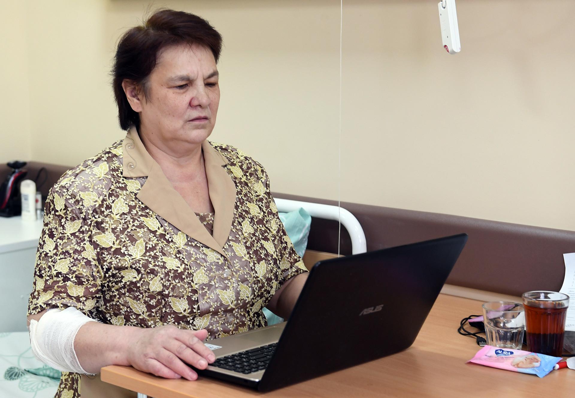 Paciente do Centro Clínico e de Pesquisas Russo de Otorrinolaringologia, Antonina Zakharchenko é fotografada após operação de implante na retina.