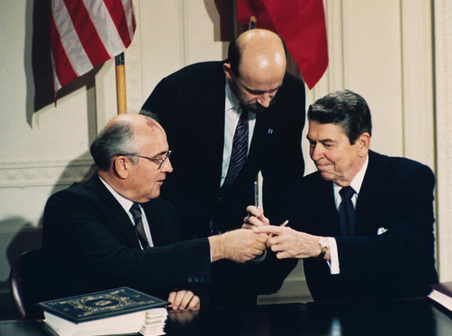 Михаил Горбачов и Роналд Рейгън си разменят химикалките по време на церемонията по подписването на споразумението в Белия дом, Вашингтон, 8 декември 1987 г.