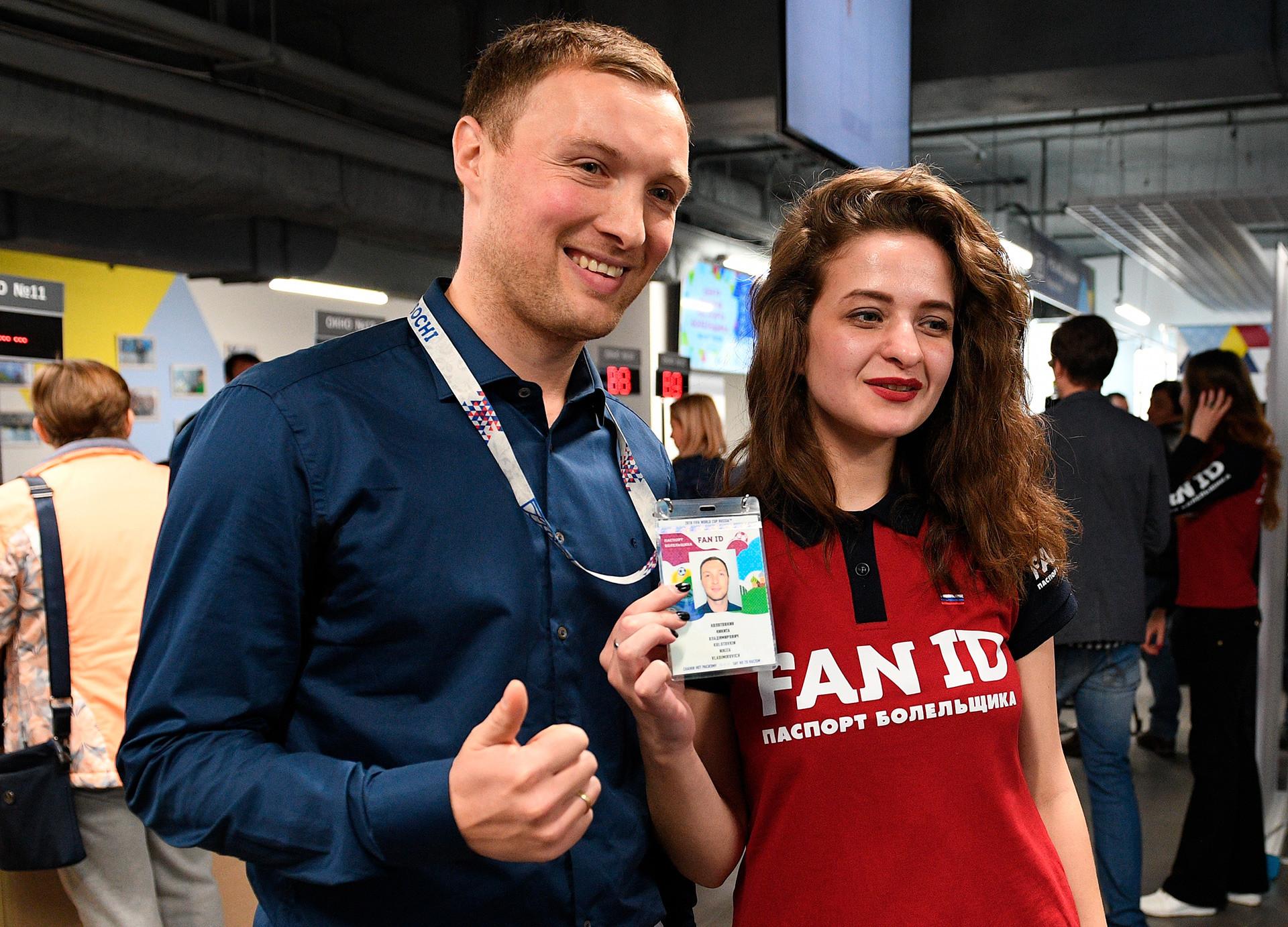 Seorang pria berpose di pusat distribusi ID Penggemar Piala Dunia FIFA 2018™ di Sochi.