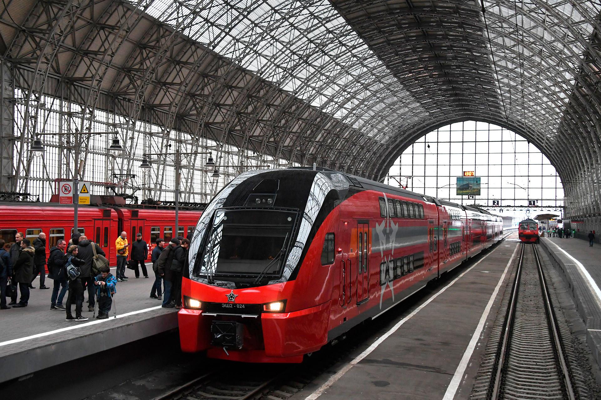 Kereta Aeroexpress dua tingkat pertama dalam seremoni peluncurannya di Stasiun Kievsky, Moskow.