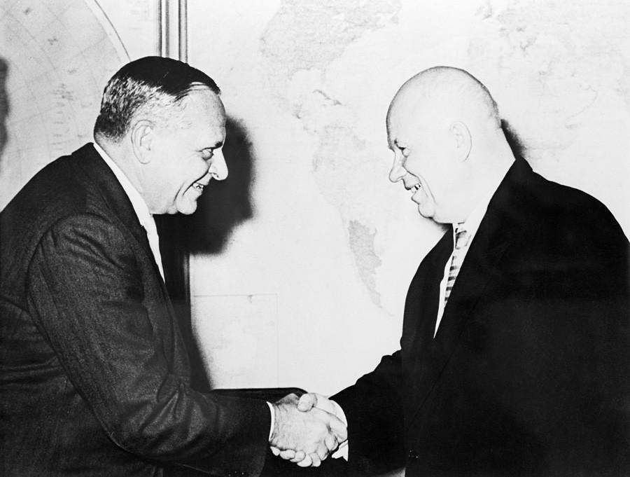 Арманд Хамър и съветския премиер Никита Хрушчов се ръкуват преди среща в Москва, 1961 г.