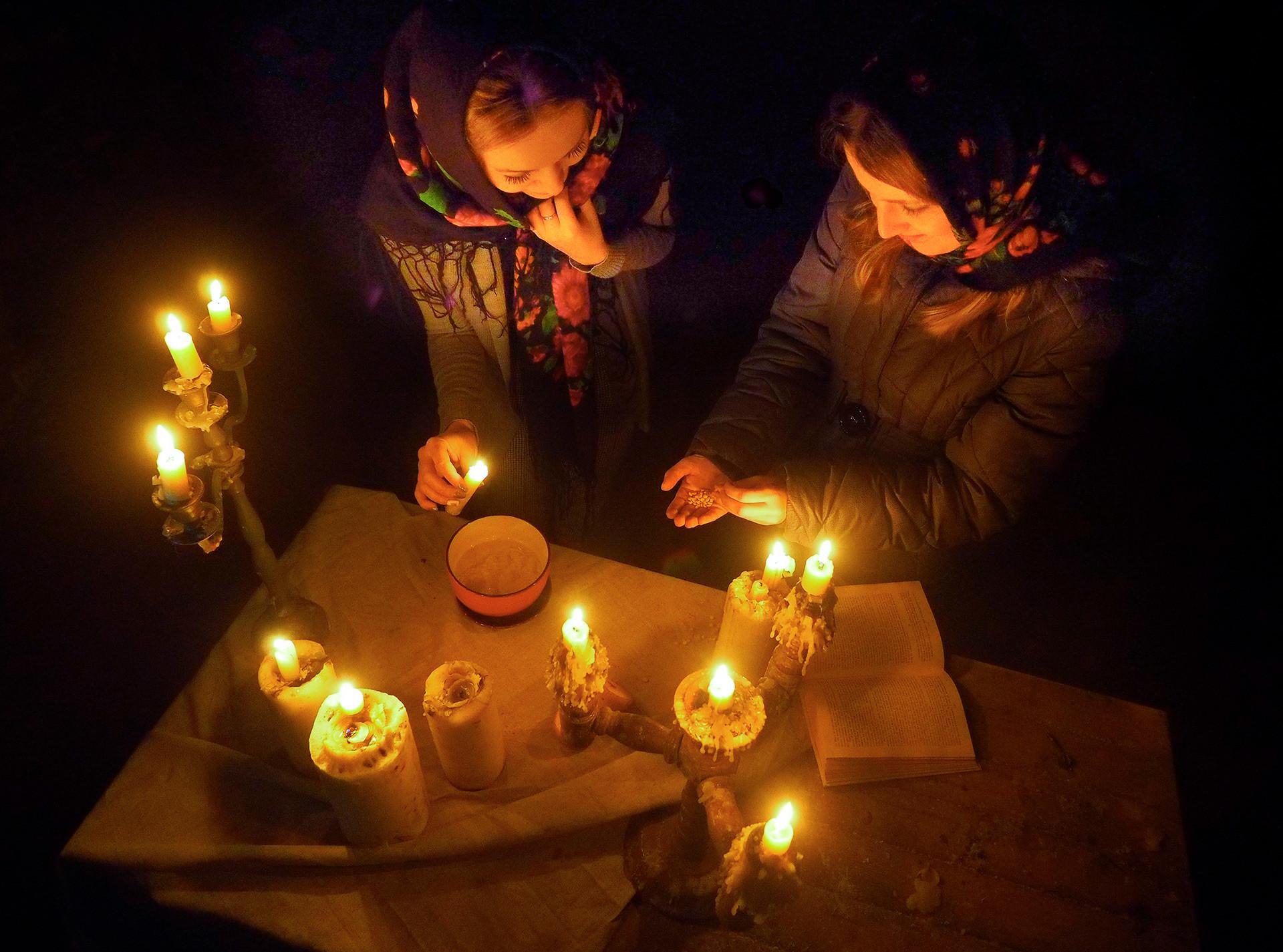 Anak-anak perempuan mencoba membaca masa depan dengan menggunakan gandum di Museum Etnografis Sarepta Tua.