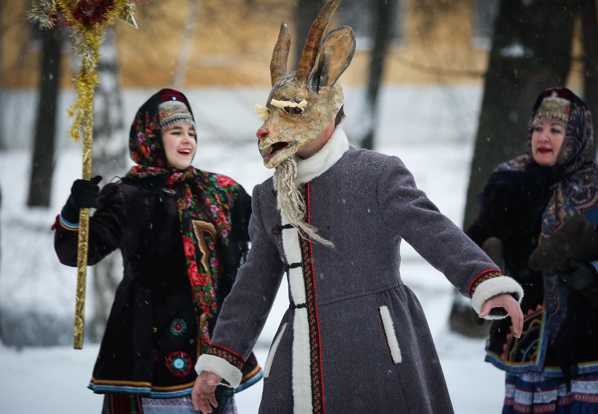 Aktor Teater Uzorochye menyanyikan Pujian Natal.