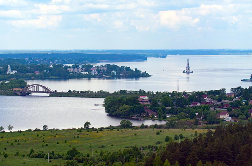 Панорамна гледка на южната част на Рибинския язовир.