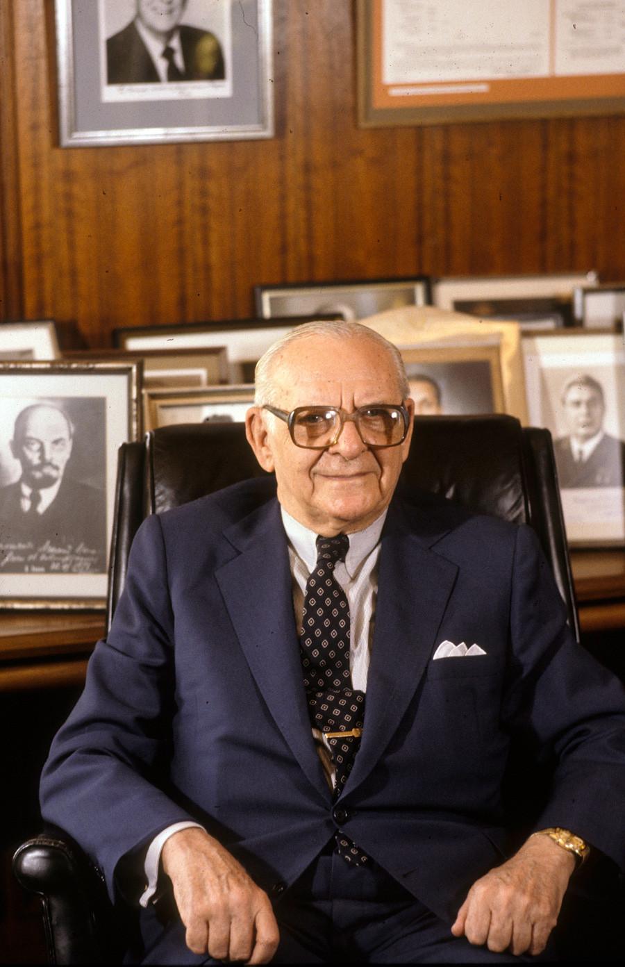 Armand Hammer u svom kabinetu u Los Angelesu (1980.) s Lenjinovom slikom u pozadini.