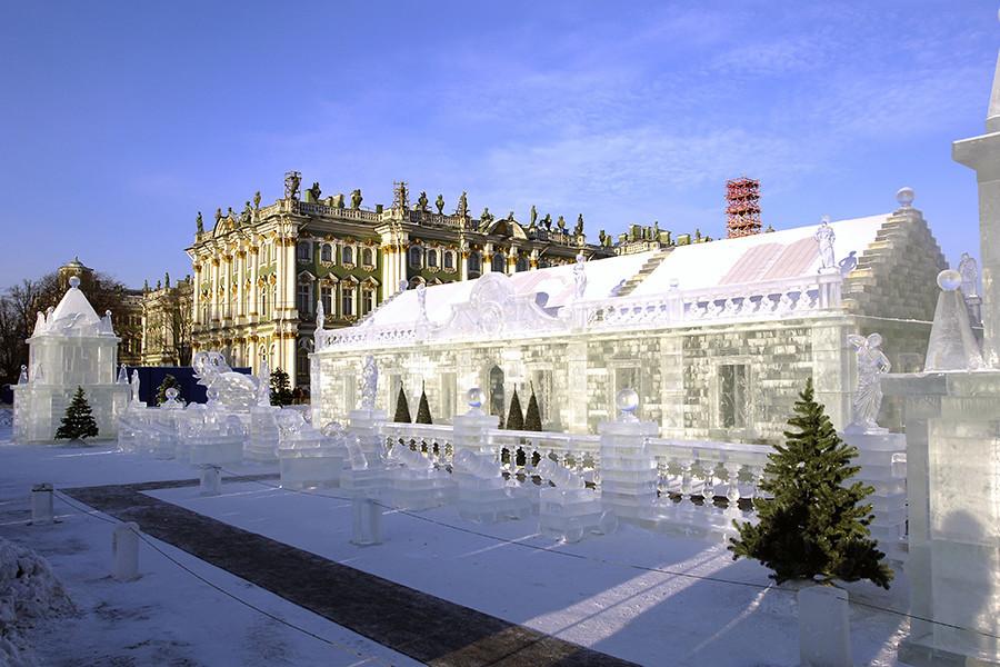 Palácio de Gelo na Praça do Palácio, em São Petersburgo. Cópia livre do Palácio de Gelo construído durante o reinado da imperatriz Anna Ioanovna, no século 18.