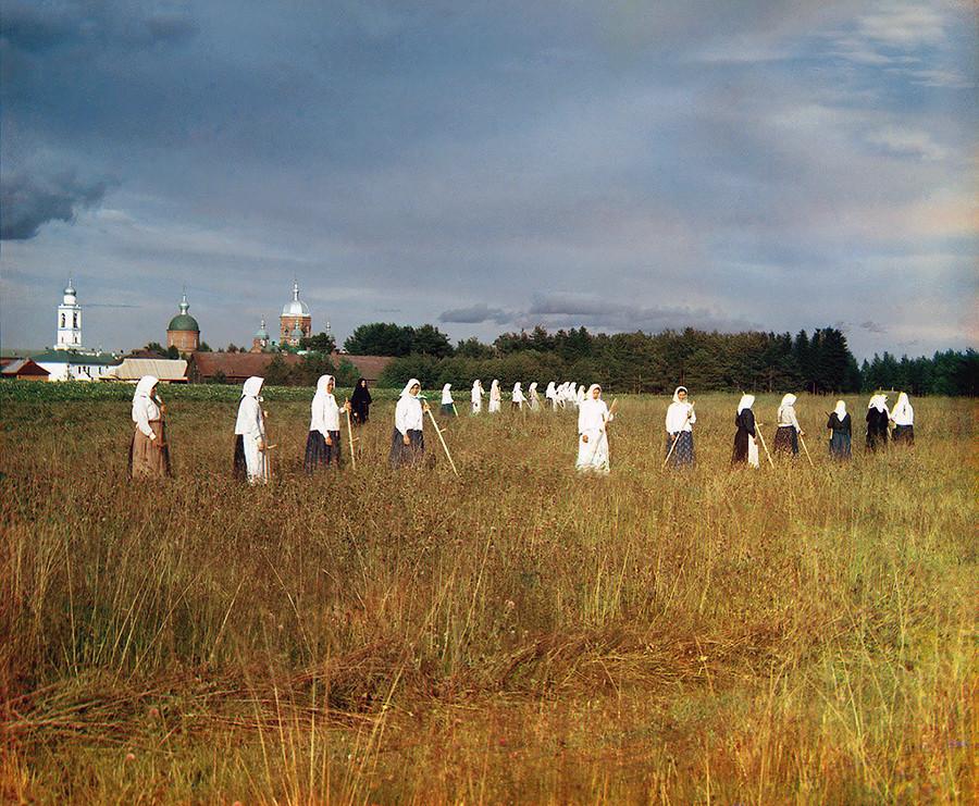 Noviças do convento de Leushinski, próximo a Mologa (território inundado entre 1941 e 1946)
