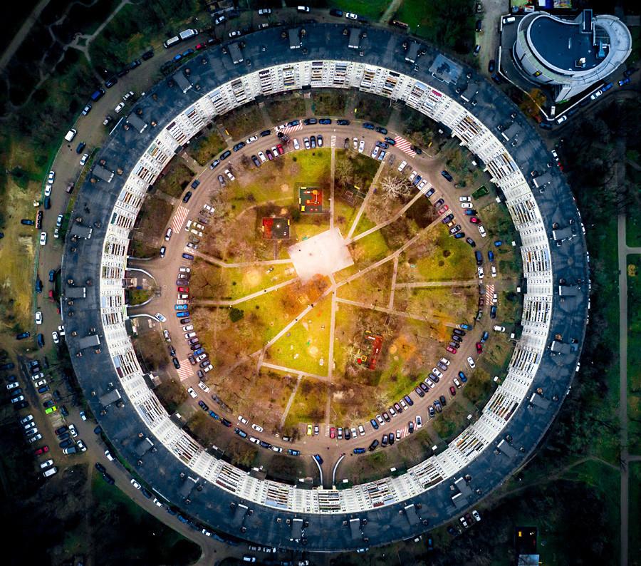 """Поглед од воздух на кружниот станбен блок во улицата """"Довженко"""" во Москва."""