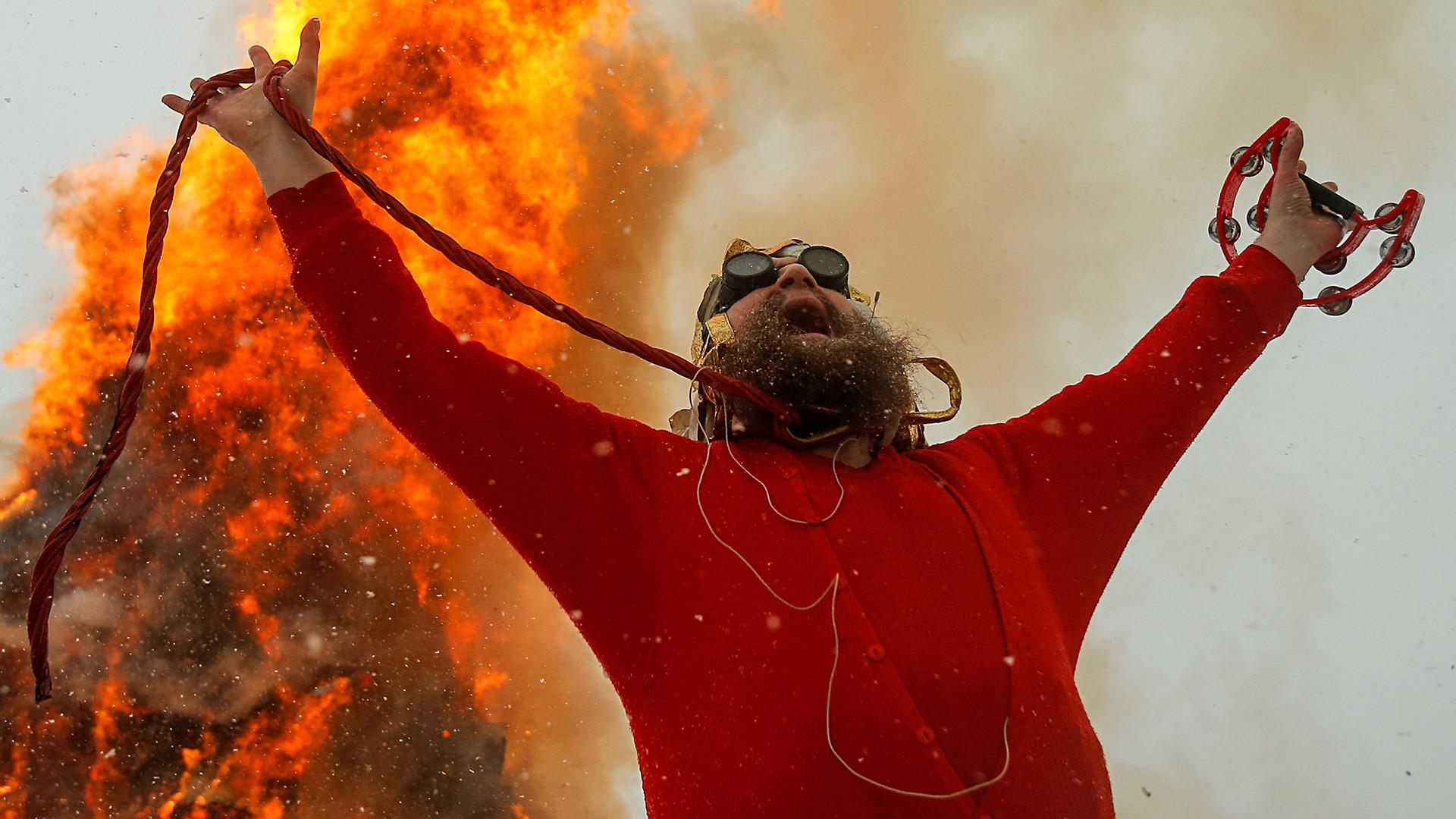 Уметникот Герман Виноградов учествува во претстава посветена на Масленица, паганскиот празник со кој се одбележува крајот на зимата, во селото Никола-Ленивец во Калушката област.