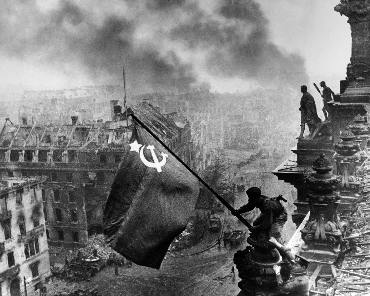 Поставување на знамето на Рајхстаг. Берлин, 1945.