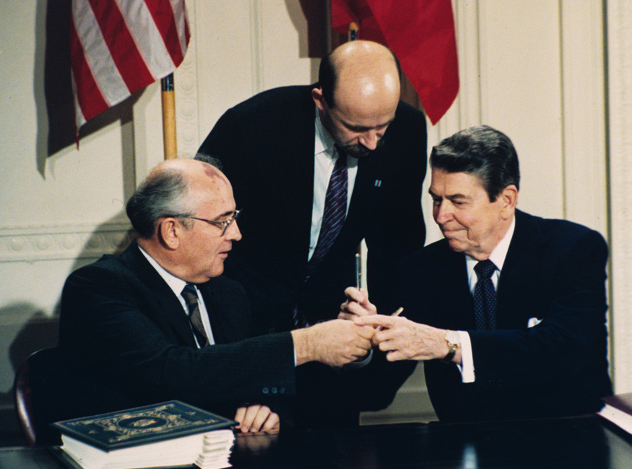 Претседателот на САД Роналд Реган, десно, и советскиот лидер Михаил Горбачов поклонуваат еден на друг пенкала на церемонијата на потпишување на договорот во Белата куќа во Вашингтон на 8 декември 1987.
