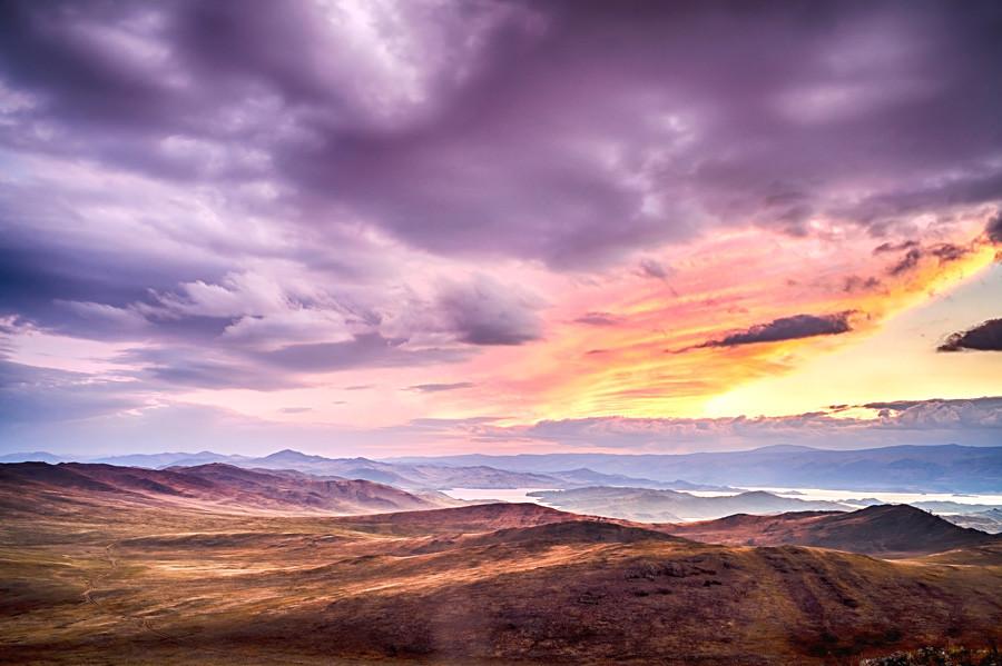 Слънцето залязва на остров Олхон в езерото Байкал.