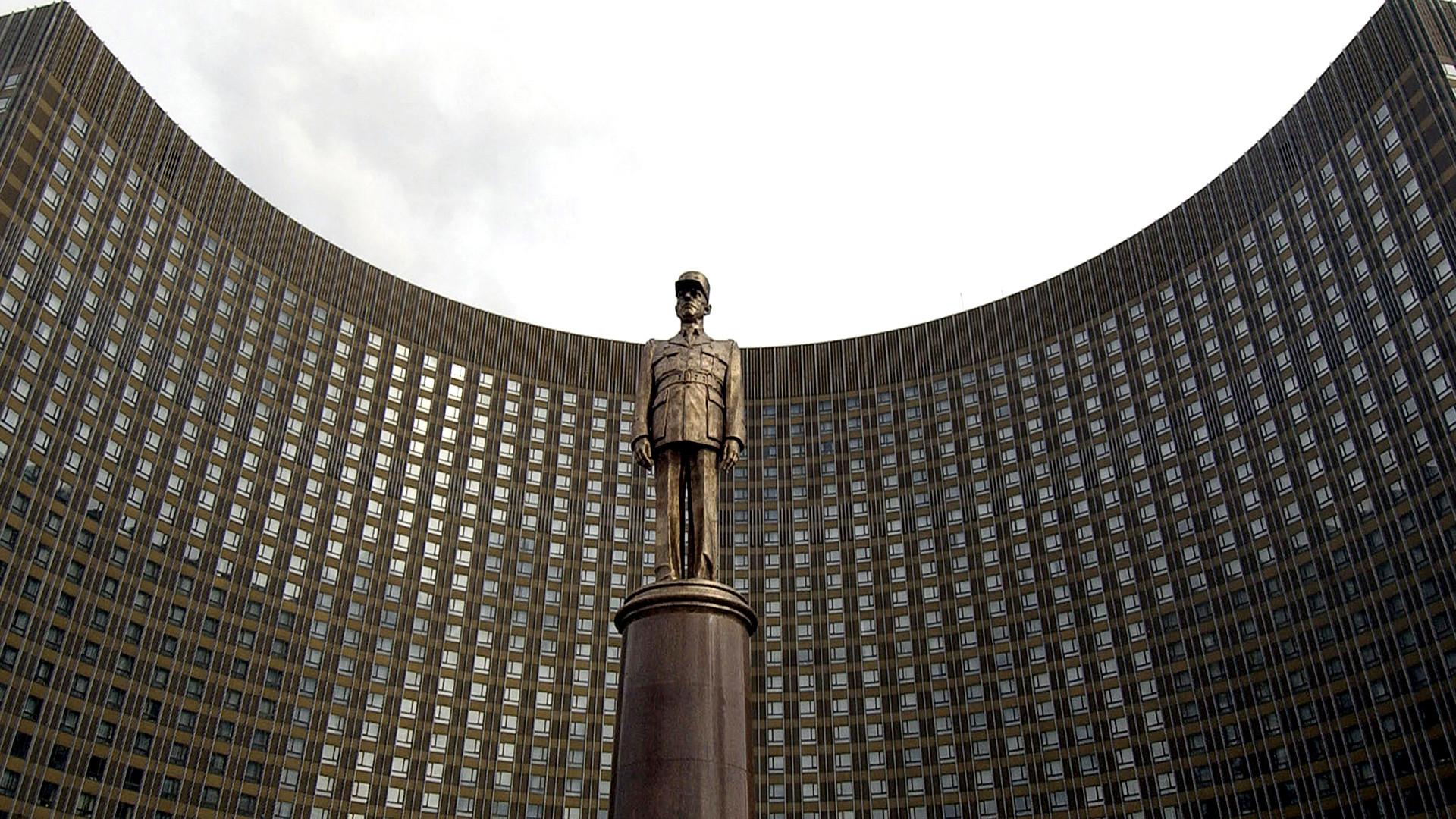 Паметник на Шарл дьо Гол в Москва.