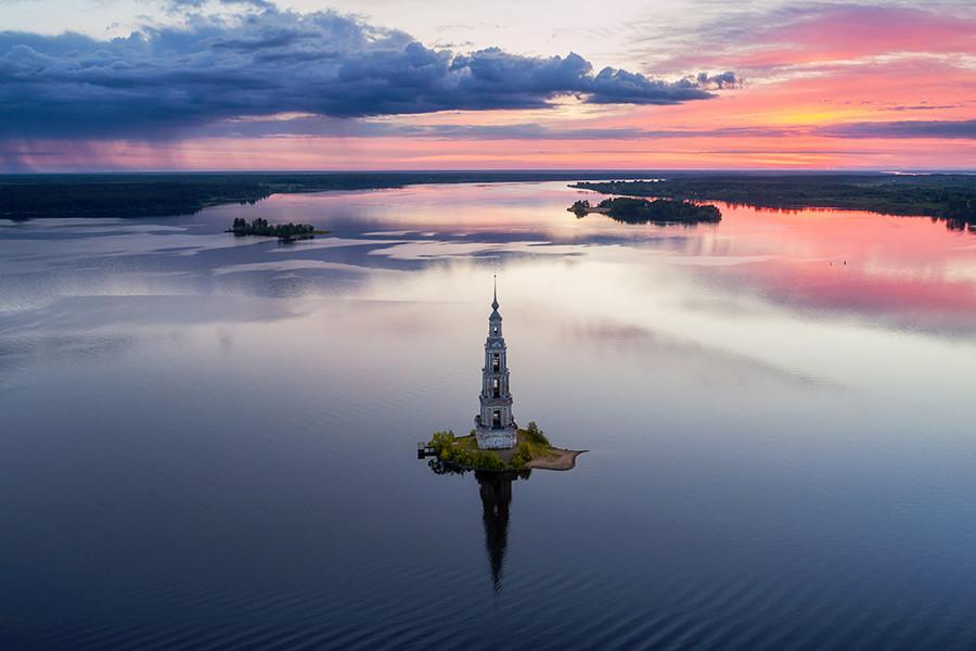 Zvonik u Kaljazinu noću.