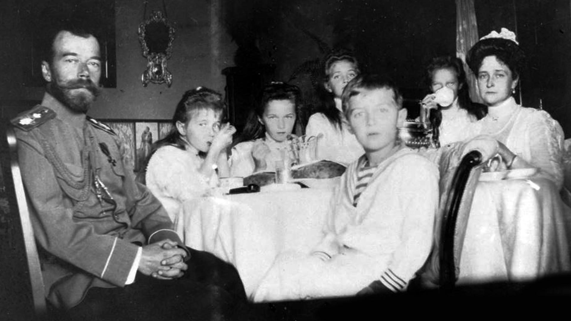 Цар Николај II са породицом у императорском вагону. Русија, 1916.