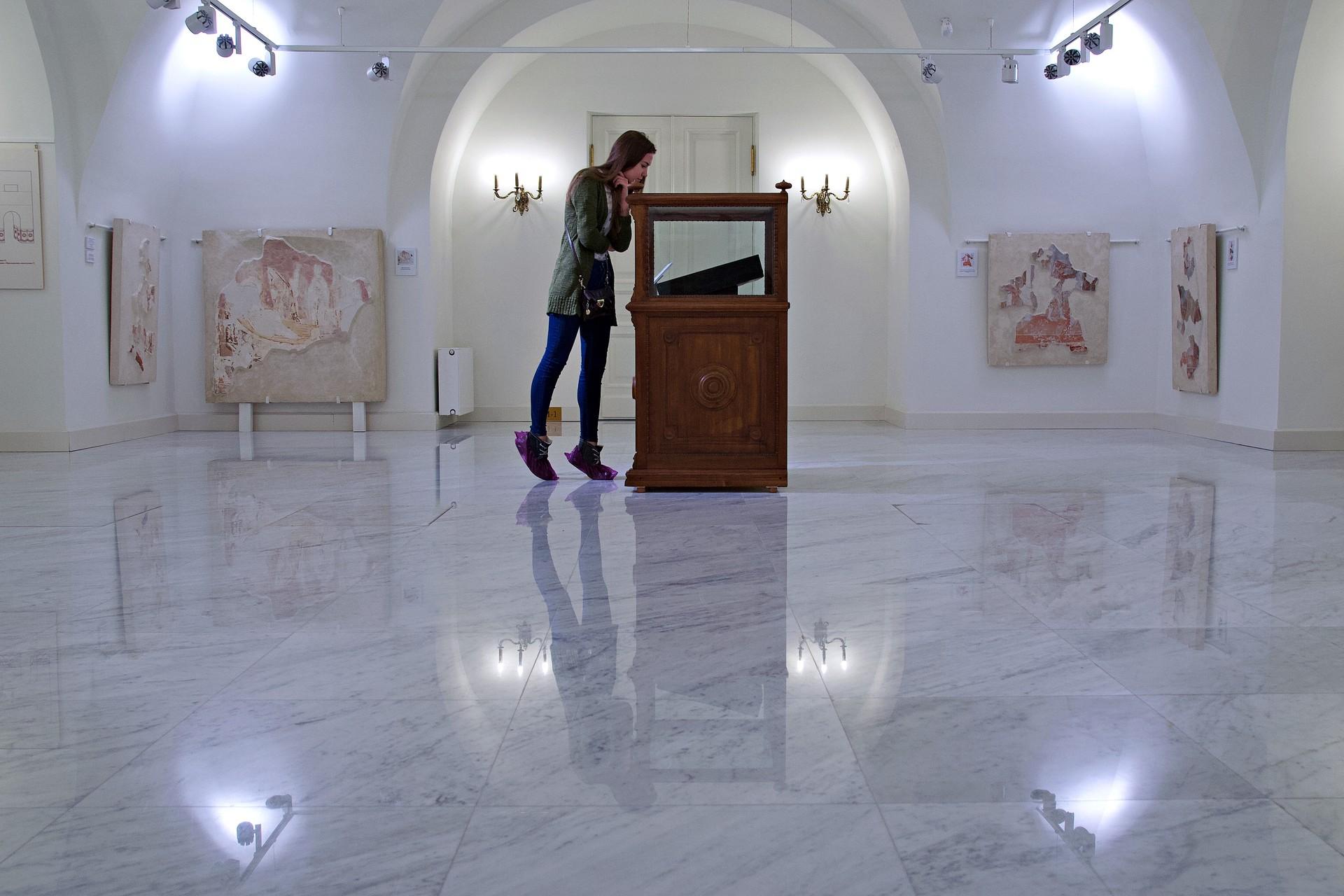 Im Bereich der altrussischen Kunst bestaunen Besucher zahlreiche restaurierte Ikonen, Fresken- und Mosaikfragmente der ältesten Kirchen der Region. Auch die Säle selbst erinnern an die Innenräume der Gotteshäuser.