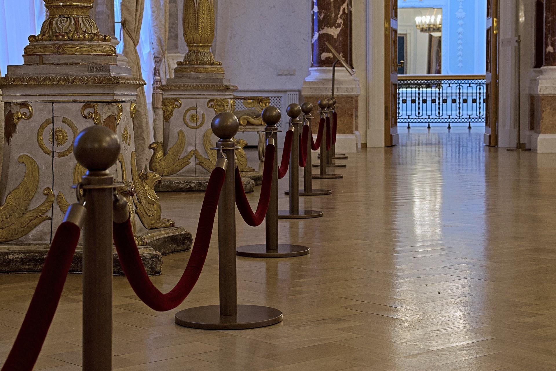 Was wie Marmor scheint, ist hier nicht wirklich Marmor... Die vergoldeten Säulen, Kronleuchter und viele andere Einrichtungsgegenstände jedoch stammen noch original aus der Zeit Katharina der Großen.